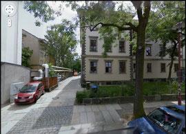 Das Gebäude, Ehrlichstraße 3, in dem unsere Gruppentreffen stattfinden bei Google StreetView (vor dem Umbau der Zufahrt)