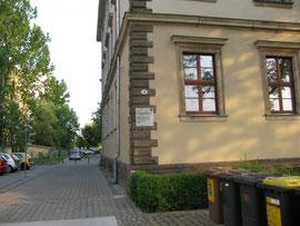 Das Gebäude, Ehrlichstraße 3, in dem unsere Gruppentreffen stattfinden (nach dem Umbau der Zufahrt)