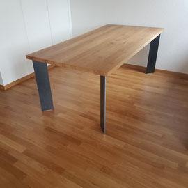 Designtisch mit Schwarzstahlbeinen. Dieser ging nach Wattwil zu einem glücklichen Kunden.