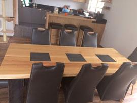Designmöbel: Tisch aus Eiche mit eingelegten Stahlplatten. Hergestellt im Toggenburg