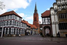 Kirche und rechts Teil des Rathauses von Nienburg