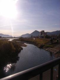 千曲川のほとりに広がる戸倉上山田温泉街が、橋から一望できます