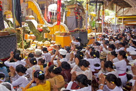 Bali, Ubud: prayers during the Odalan ceremony at Pura Dalem Kedewatan temple