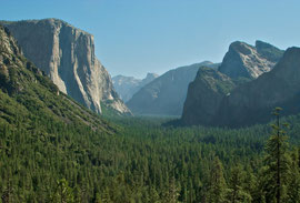 California, Yosemite National Park: valley prospect from Tunnel View. El Capitan (left) and Half Dome in distance