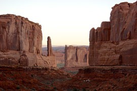 Moab, Utah, Arches National Park: Park Avenue at dawn
