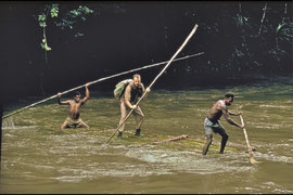 PNG, Nomad River area: Derek Skingle rafting across the swollen Kuma river