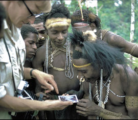 PNG, Nomad River: MK showing a Biami man at Unawobi the Polaroid portrait he took of him