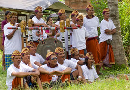 Bali, Payangan: Pelebon ceremony. Members of the gambelan music troupe observe the cremation