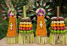 Bali, Ubud: ceremonial offerings of orange flowers (canang rebong) and fruit (gebogan) at the Kamaneka hotel