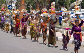 Bali, Payangan: Pelebon cremation ceremony. Women bearing offerings to the cemetery