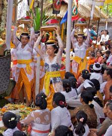 Bali, Ubud: women bearing offerings at the Odalan ceremony at Pura Dalem Kedewatan temple