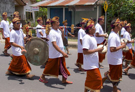 Bali, Payangan: Pelebon cremation ceremony.  Gambelan musicians follow the 'bade' to the cemetery