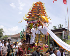 Bali, Payangan: Pelebon cremation ceremony. The 'bade' containing the female corpse is paraded along the street leading to the cemetery