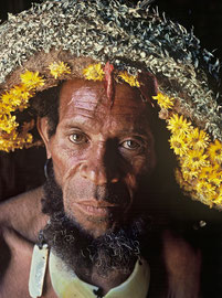 PNG, Southern Highlands: portrait of Degondo, a renowned Huli hunter