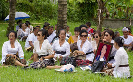 Bali, Payangan: Pelebon ceremony. Female relatives watch the cremation preparations
