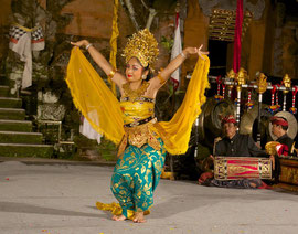 Bali, Puri Agung Peliatan Palace, Gunung Sari dance group. Oleg Tambulilingan, courtship dance of the honeybee