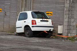 Auto als Anhänger vor Abschlepphinweisschild