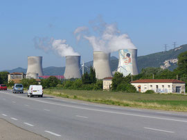Atomkraftanlage mit Werbung eines Kindes (rechter Meiler)