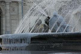 Trotz Minusgraden  - der Springbrunnen läuft und die Frisur sitzt - Rom