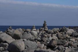 Steinmännchen am Strand von Ribeira da Janela, Madeira
