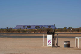 Tankstelle in der Nähe des Mount Connor - schaut man nicht genau hin denkt man an den Uluru (Ayers Rock)