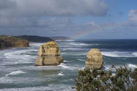 Great Ocean Road mit Regenbogen, Victoria, Australien