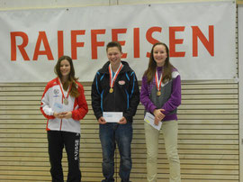 Julia Oberholzer links im Bild, erzielt Silber Junioren Stehend frei U16