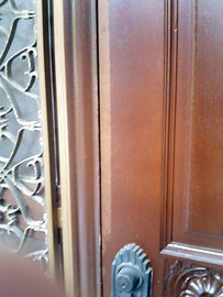 玄関扉の塗装剝がれ「補修前」