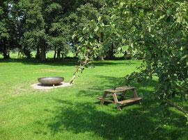 Gutshaus Laschendorf Park mit Feuer und Piknik Tisch für Kinder