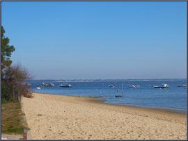 Bord de plage à Claouey, ses bateaux au mouillage et le Bassin d'Arcachon