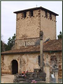 Eglise Saint Pierre de Mons et la Coix du Cimetière qui domine, Belin-Beliet (Gironde)