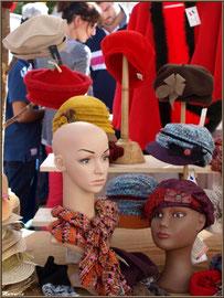 Etal marchand de bérets et autres couvre-chefs, Fête au Fromage, Hera deu Hromatge, à Laruns en Vallée d'Ossau (64)