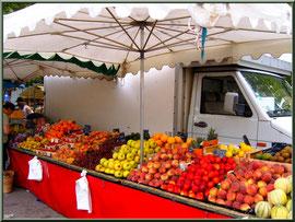 Marché de Provence, jeudi matin à Maussane-Les-Alpilles (13), étal de fruits