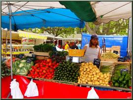 Marché de Provence, jeudi matin à Maussane-Les-Alpilles (13), étal de légumes