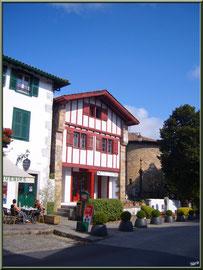 Aïnoha : la rue principale, vieilles maisons basques et entrée du cimetière à droite (Pays Basque français)