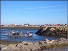Bateau chaland rentrant au port