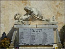 Le Monument aux Morts à droite de l'entrée de l'église Saint-Martin de Sare (Pays Basque français)