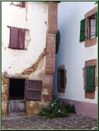 Maisons et ruelle au village de Zugarramurdi (Pays Basque espagnol)