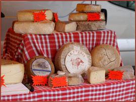 Marché de Provence, mardi matin à Vaison-la-Romaine, Haut Vaucluse (84), étal de fromages
