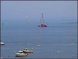 """Arcachon, """"Ville d'Automne"""", au matin, catamarans """"Café de la Plage et """"Crédit Lyonnais"""" ainsi que d'autres bateaux sur le Bassin"""