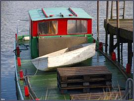 Bateau chaland à quai et son canot au port ostréicole de La Teste de Buch (Bassin d'Arcachon)