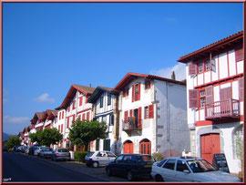 Aïnoha : la rue principale avec ses vieilles maisons basques et ses commerces (Pays Basque français)