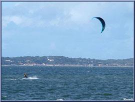 Les joies du kitesurf sur le Bassin au large de la plage Péreire à Arcachon, Bassin d'Arcachon (33)