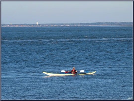 """Canoë sur le Bassin, vue depuis le front de mer de la """"Ville d'Eté"""" à Arcachon"""