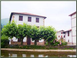 Maisons et canal à Uzdazubi-Urdax (Pays Basque espagnol)