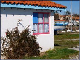 Cabane bleue et rose au port ostréicole d'Andernos-les-Bains (Bassin d'Arcachon)