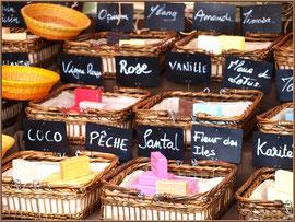 Marché de Provence, mardi matin à Vaison-la-Romaine, Haut Vaucluse (84), étal de savons