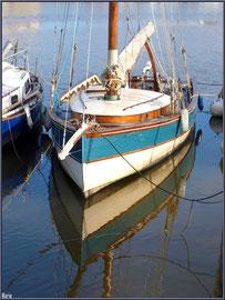 Voilier au mouillage et reflets dans le port ostréicole de La Teste de Buch (Bassin d'Arcachon)