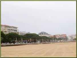 """Arcachon, """"Ville d'Eté"""", la plage entre la jetée d'Eyrac et la jetée Thiers en fond (photo prise en février)"""