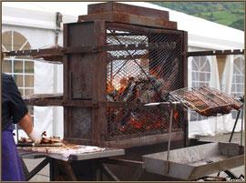 Rôtisserie ambulante à la Fête au Fromage, Hera deu Hromatge, à Laruns en Vallée d'Ossau (64)